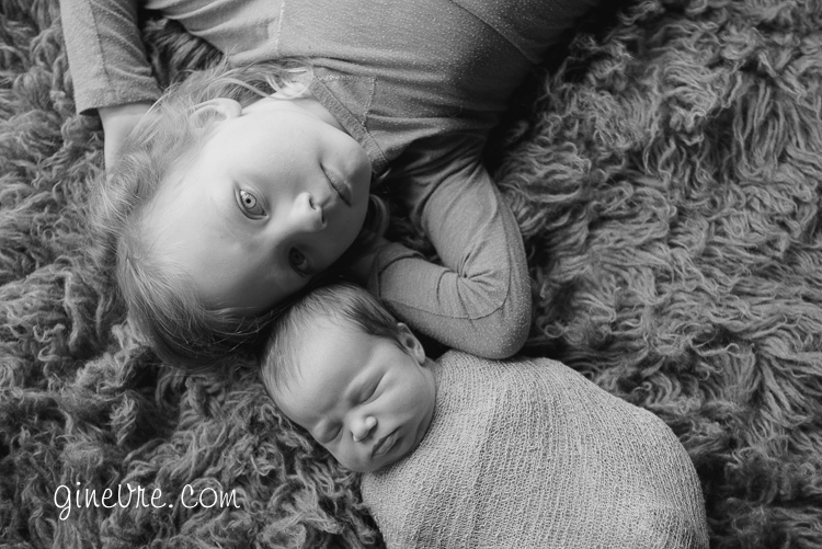 newborn lifestyle photography sibling photo